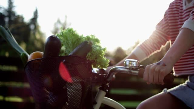 vidéos et rushes de promenade à vélo d'été. - panier