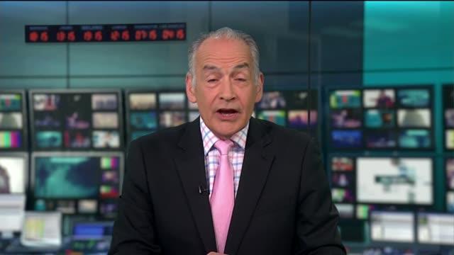 vídeos de stock e filmes b-roll de summer budget special 2015; england: london: gir: int studio alastair stewart introduction - alastair stewart