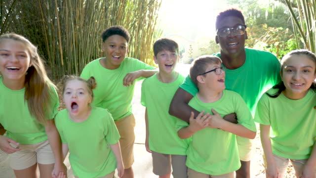 vidéos et rushes de camp d'été comprenant deux enfants du syndrome de down - services sociaux