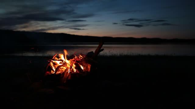 Zomer kampvuur en Lake bij zonsondergang