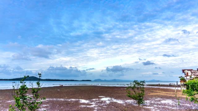 vídeos y material grabado en eventos de stock de lapso de tiempo de nube de verano sobre el casco antiguo, ko lanta, krabi, tailandia - cirro