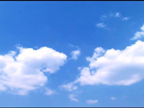 vídeos de stock e filmes b-roll de verão nuvens sobre o céu azul (time lapse - imagem