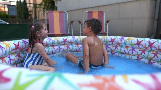 sommar familj fun - utebassäng bildbanksvideor och videomaterial från bakom kulisserna