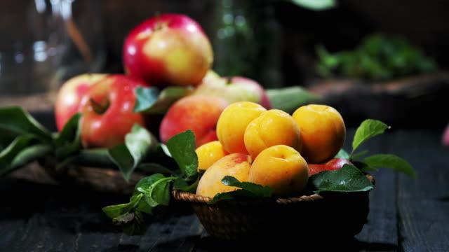 vidéos et rushes de fruit d'été sur la table en bois - main humaine