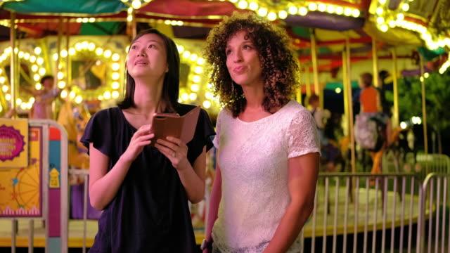 vídeos de stock, filmes e b-roll de jogos de carnaval de diversão de verão - localidade pequena