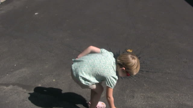 sommer, sonne und spaß: werfen wasser balloons - werfen stock-videos und b-roll-filmmaterial
