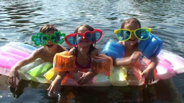 sommerspaß - schwimmflügel stock-videos und b-roll-filmmaterial