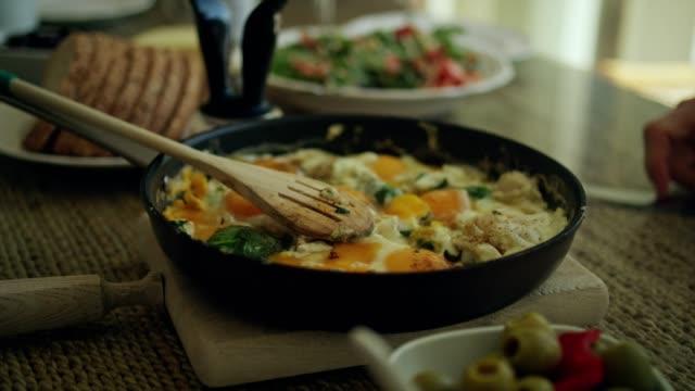vidéos et rushes de petit-déjeuner sain l'été avec une vue - équilibre