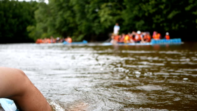 vídeos de stock, filmes e b-roll de estilo de vida de verão - perna de homem em viagem de rio jangada de madeira ao ar livre - árvore tropical