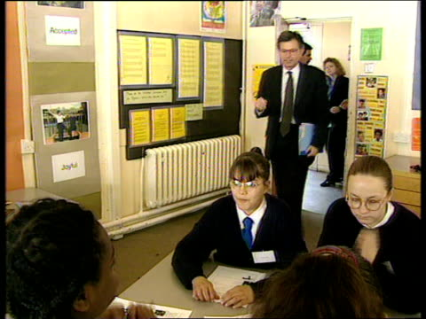 vidéos et rushes de summer literacy schools; england: london: lambeth: charles edward brooke school: teacher and pupils sat around table in classroom cards held by girl... - lambeth