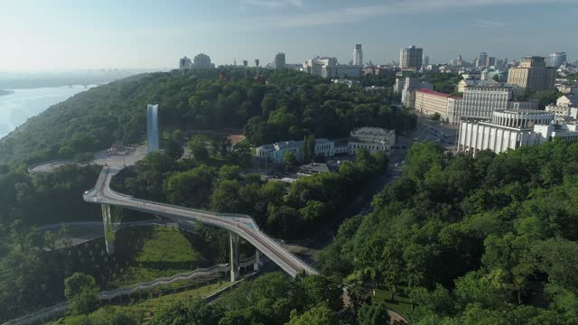 summer morning in kiev_footbridge - キエフ市点の映像素材/bロール