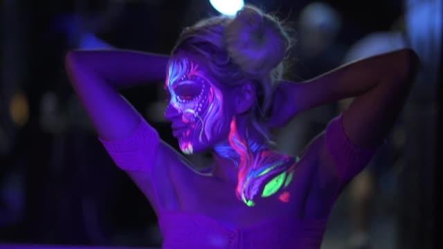 vidéos et rushes de nuit d'été se sent juste droit - dancing