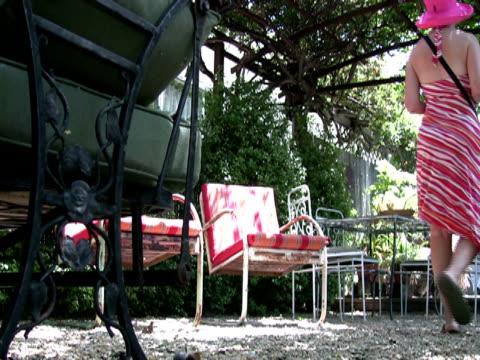stockvideo's en b-roll-footage met summer outdoor living - zonnejurk