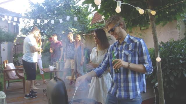 vidéos et rushes de fête en plein air l'été - barbecue vie sociale