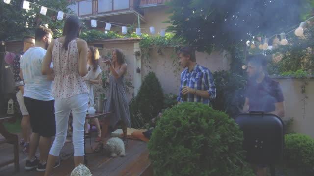 夏の屋外パーティ - large group of people点の映像素材/bロール