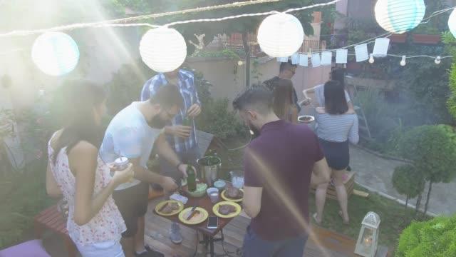 vídeos de stock, filmes e b-roll de festa de verão ao ar livre - festa de jardim