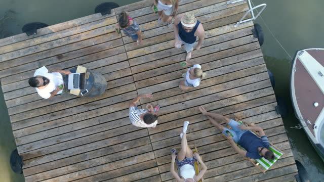 stockvideo's en b-roll-footage met zomer party - steiger pier