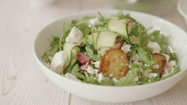 フェタフレークの夏のポテトサラダ - シェーブルチーズ点の映像素材/bロール