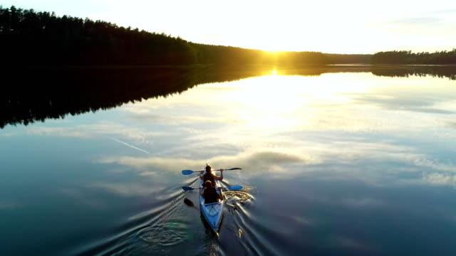 vídeos de stock e filmes b-roll de summer relaxing activity. kayaking during sunset - remar