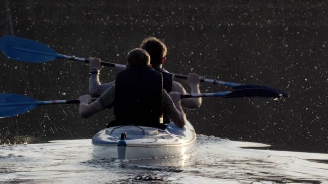 Activité de détente de l'été. Jeune homme en kayak sur le lac
