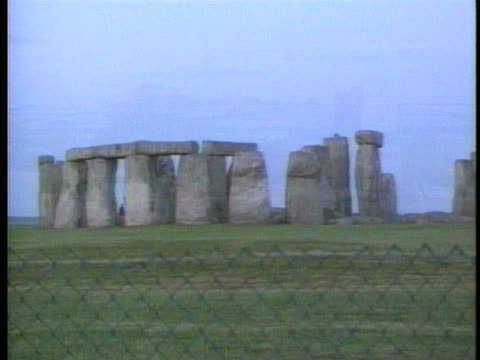 summer solstice celebrants and tourists visit rollright rocks and stonehenge. - pasture stock videos & royalty-free footage
