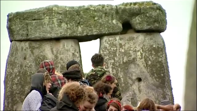 summer solstice celebrations at stonehenge; wide shot stonehenge with crowds in foreground / gv surrounding countryside / crowds of people leaving /... - 魔術師点の映像素材/bロール