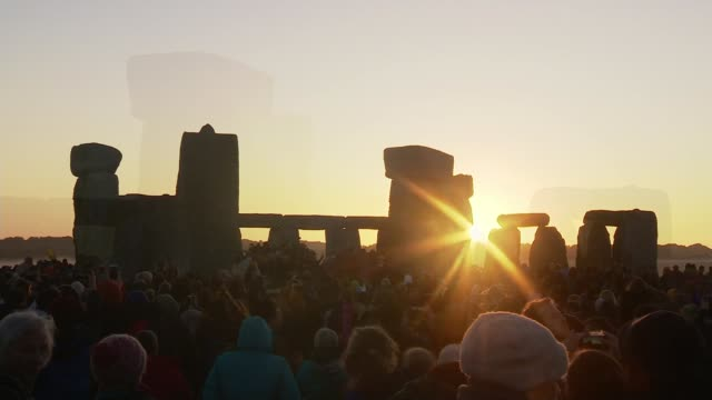 vídeos y material grabado en eventos de stock de summer solstice celebrations; england: wiltshire: stonehenge: ext **music playing in background sot** various shots of people gathered at stonehenge... - solsticio de verano