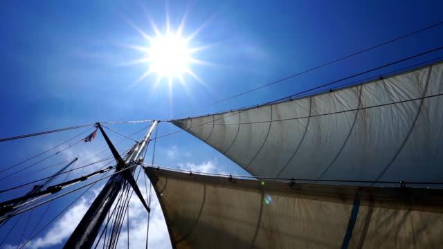 vídeos de stock, filmes e b-roll de verão sol vela, mastro do navio, cordames e velas em um dia ventoso, claro. - passear sem destino