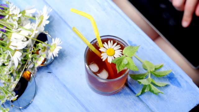 vídeos y material grabado en eventos de stock de mesa de verano con té de hierbas - mint leaf culinary