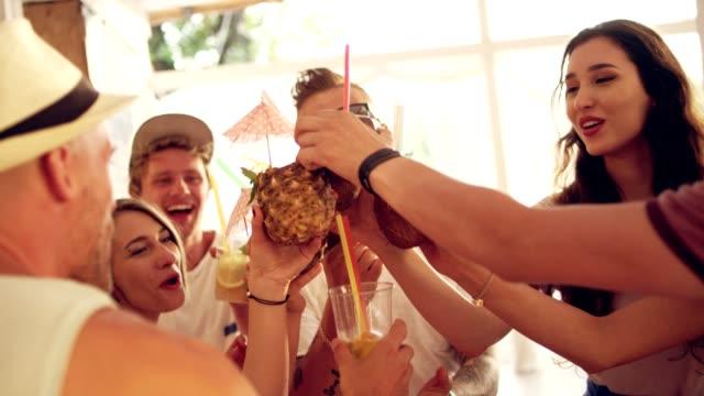 stockvideo's en b-roll-footage met zomer toast op het feest - menselijke arm