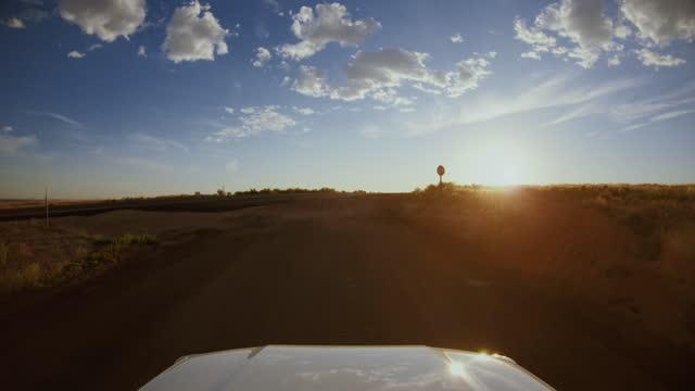 アメリカ南西部の夏の旅行:povキャニオンで4wd車のオフロードを運転 - ネバダ州点の映像素材/bロール