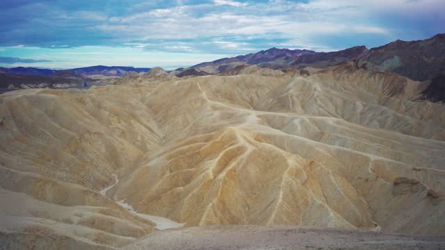stockvideo's en b-roll-footage met zomervakanties in californië: duinen en zand in het death valley national park, zabriskie point - zabriskie point