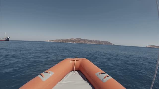 vacanze estive nel mar mediterraneo: pov costola del gommone - barca da diporto video stock e b–roll