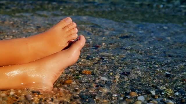vídeos y material grabado en eventos de stock de vacaciones de verano, las piernas del niño, cierran para arriba-b rodillo - miembro humano