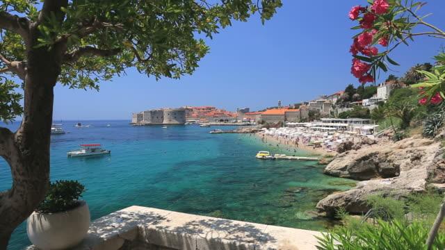 vídeos y material grabado en eventos de stock de summer view of the old harbour, dubrovnik city, dalmatia coast, croatia. - personas en el fondo