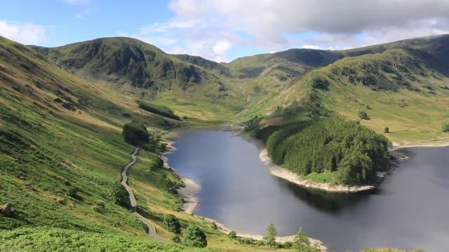 vídeos y material grabado en eventos de stock de summer view over haweswater lake, lake district national park, cumbria, england, uk - distrito de los lagos de inglaterra