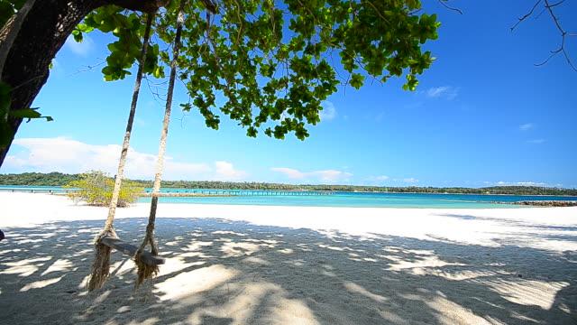 Estate spiaggia di sabbia bianca e Altalena vuota