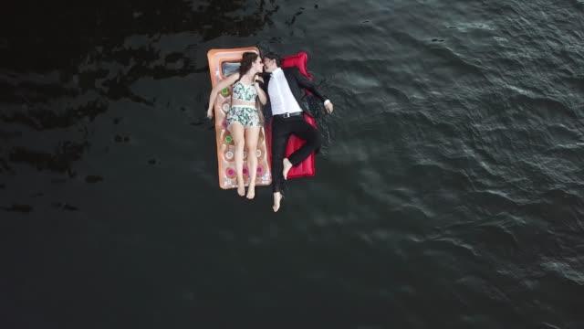 summertime in germany 2018 - zungenkuss stock-videos und b-roll-filmmaterial