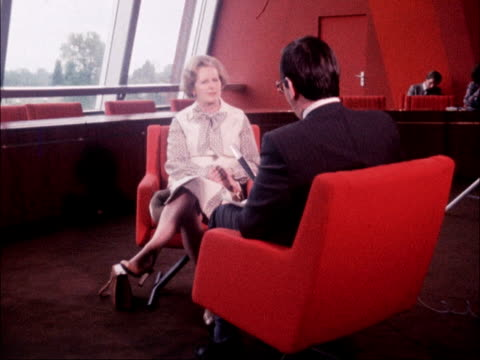vídeos de stock e filmes b-roll de strasbourg margaret thatcher mp and delegates zoom pose for photocall pan delegates posing / int ms thatcher seated with reporter 2 shot / cs... - donos de casa