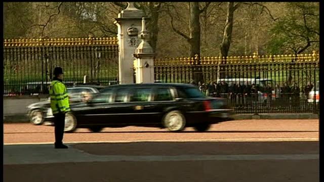 stockvideo's en b-roll-footage met barack obama arrives at buckingham palace england london buckingham palace car carrying barack obama and michelle obama into buckingham palace... - huishoudelijke dienstverlening