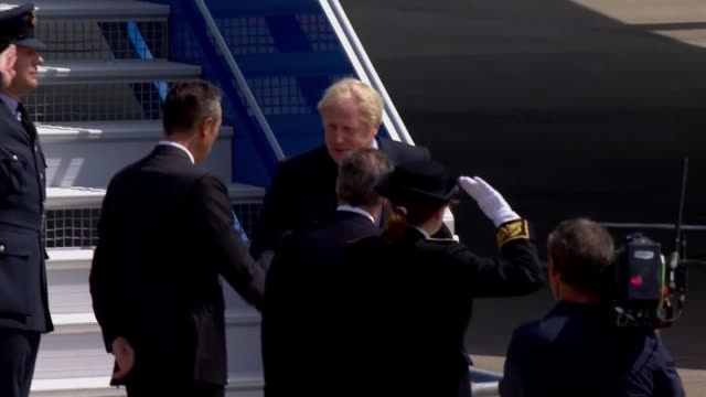 donald tusk says no to no-deal; france: nouvelle-aquitaine: biarritz airport: ext boris johnson disembarking plane johnson shaking hands with... - nouvelle aquitaine stock videos & royalty-free footage