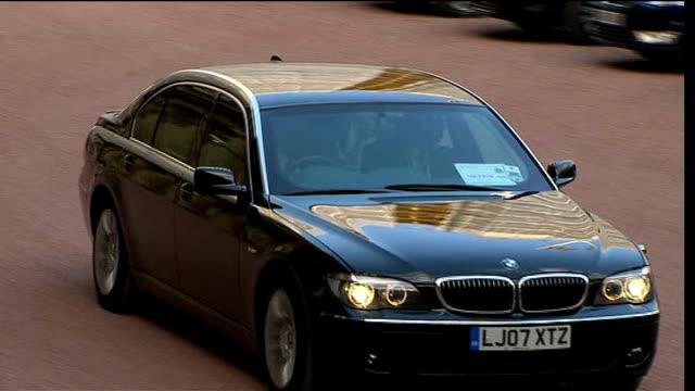 dignitaries arriving at buckingham palace; cars arriving / french president nicolas sarkozy greeted / german chancellor angela merkel arriving /... - zaum stock-videos und b-roll-filmmaterial