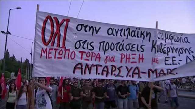 vidéos et rushes de issues of migration and greek economy alongside david cameron's plans for renegotiation of treaty greece athens various of demonstration calling for... - athènes