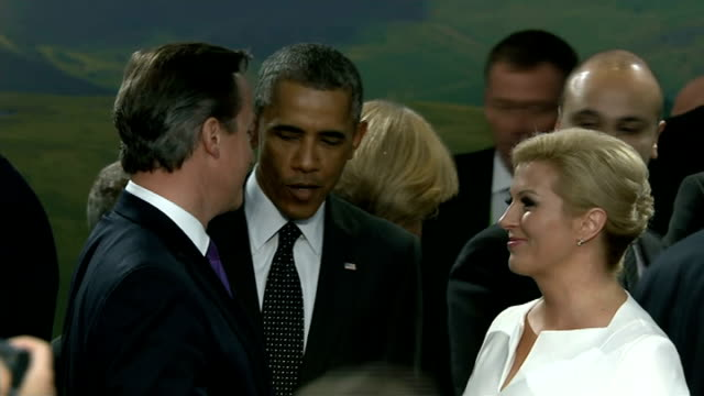 leaders address ukraine crisis and threat of islamic state; wales: newport: nato summit: int barack obama along with anders fogh rasmussen wide shot... - isil konflikt stock-videos und b-roll-filmmaterial