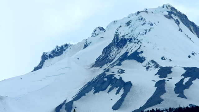 summit of icy snowy cold frozen mountain timelapse mt. hood spring forest oregon cascade mountains - portland oregon snow stock videos & royalty-free footage
