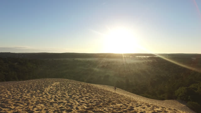 vidéos et rushes de summit of the pyla dune, a summer morning. child climbs in the sand - dune de sable