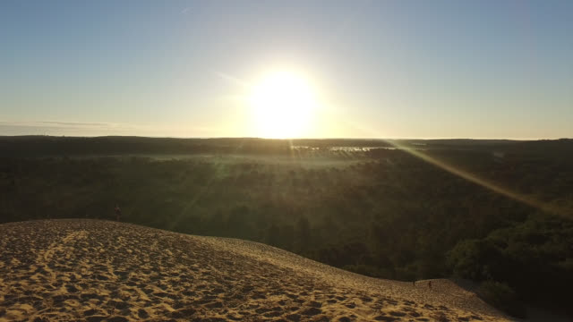 summit of the pyla dune, a summer morning. children and a woman go up in the sand the pyla dune - dune of pilat stock videos and b-roll footage