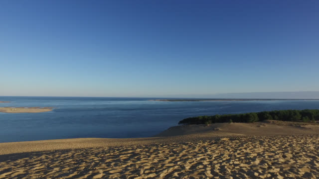 vidéos et rushes de summit of the pyla dune, a summer morning - rivage