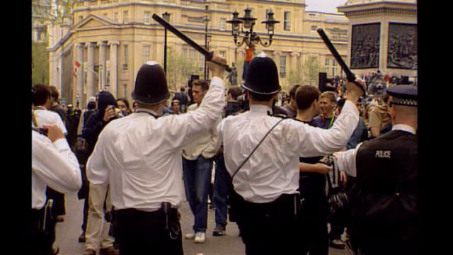 vídeos de stock, filmes e b-roll de security 152000 london ext riot police scuffling with may day demonstrators riot police dragging one protester away london police in shirtsleeves... - 1 de maio