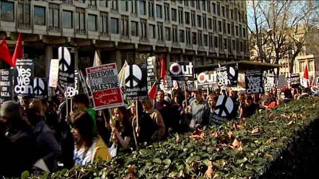 vídeos de stock, filmes e b-roll de stop the war demonstration england london grosvenor square ext stop the war demonstrators along carrying banners and placards/ demonstrators along... - stop placa em inglês